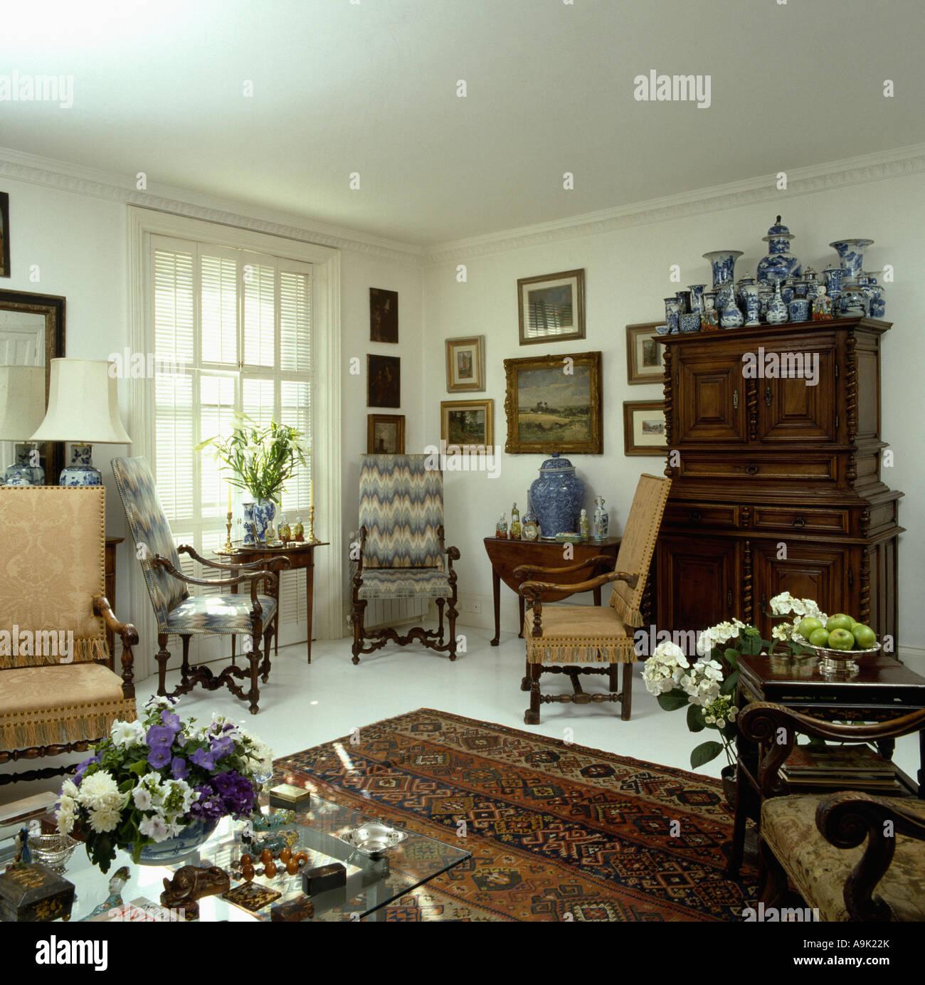 Schrank Im Wohnzimmer: Blaue Und Weiße Chinesische Vasen Auf Antik Eiche Schrank