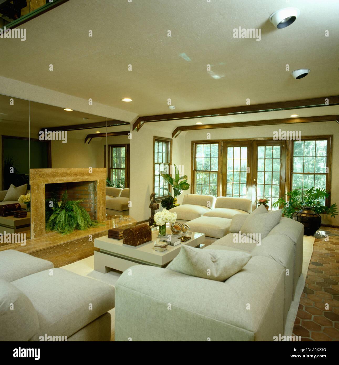 kamin im spiegelwand 80er jahre wohnzimmer mit wei en. Black Bedroom Furniture Sets. Home Design Ideas