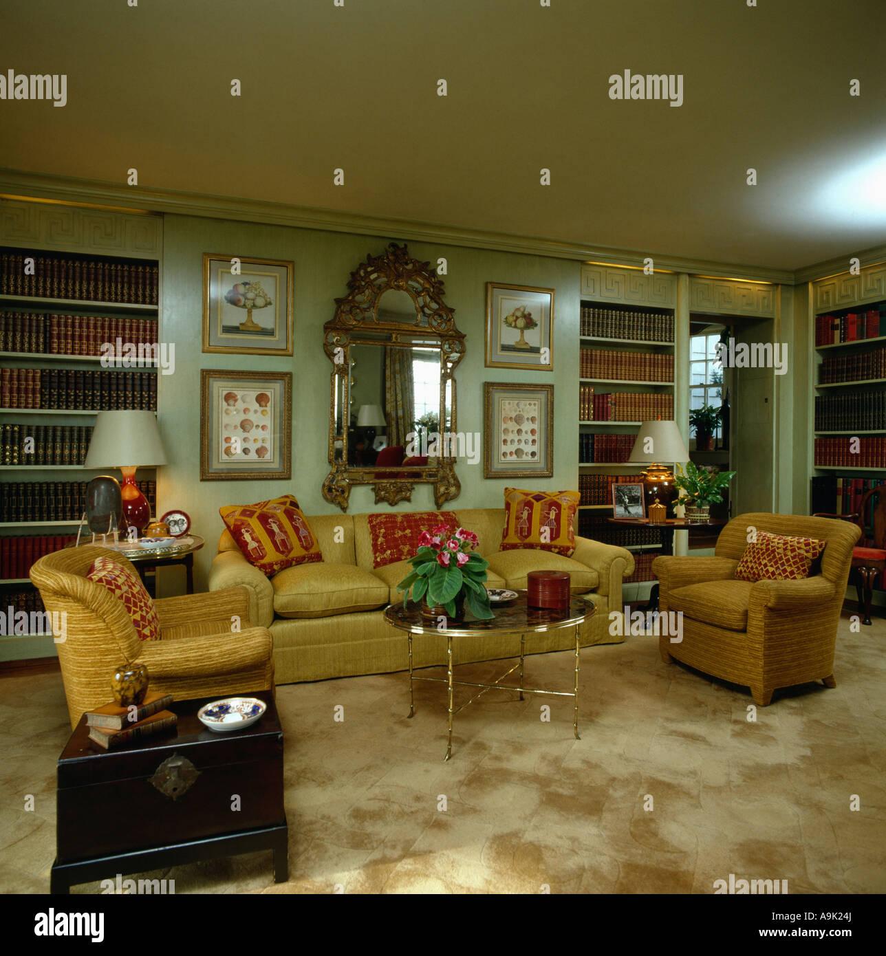 Verzierten goldgerahmten Spiegel über dem gelben Sofa und Sesseln in ...