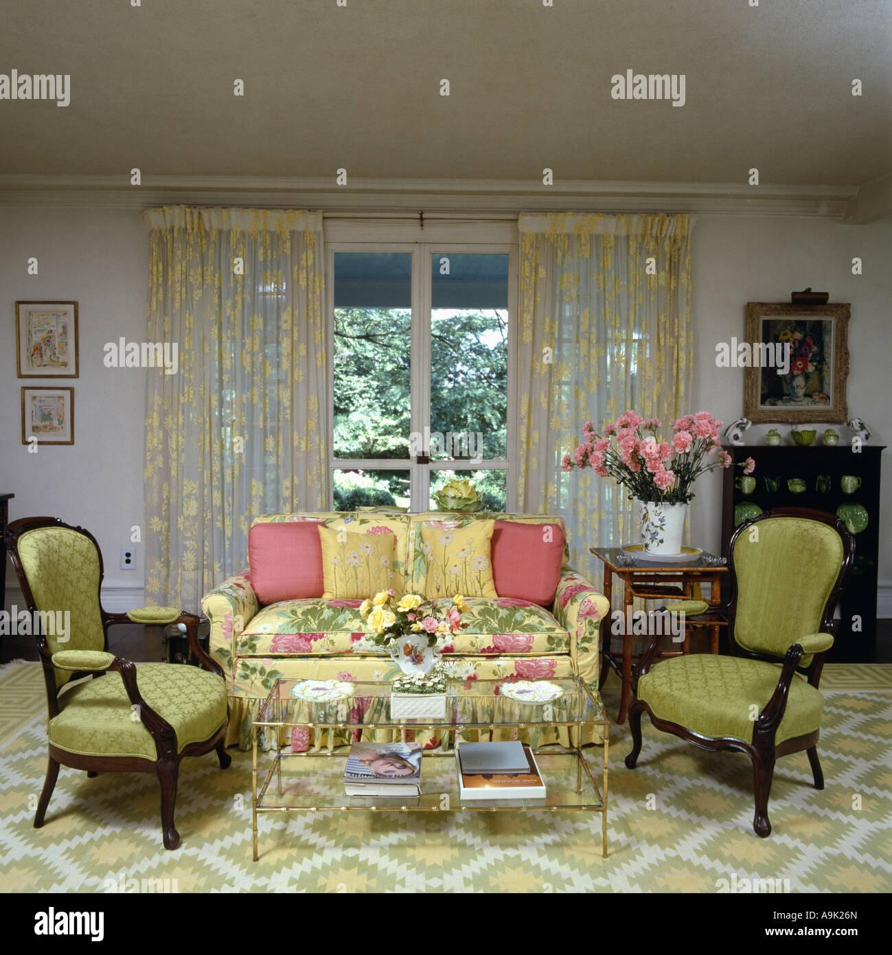 Grün gemusterten Teppich und Sesseln in achtziger Jahre Wohnzimmer ...