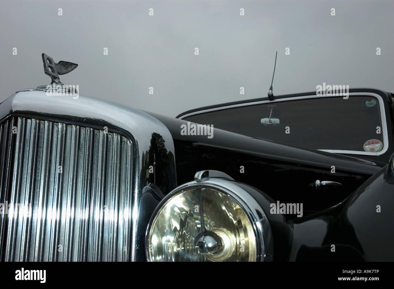 Detail von einem schwarzen Oldtimer Bentley Auto hautnah Stockbild