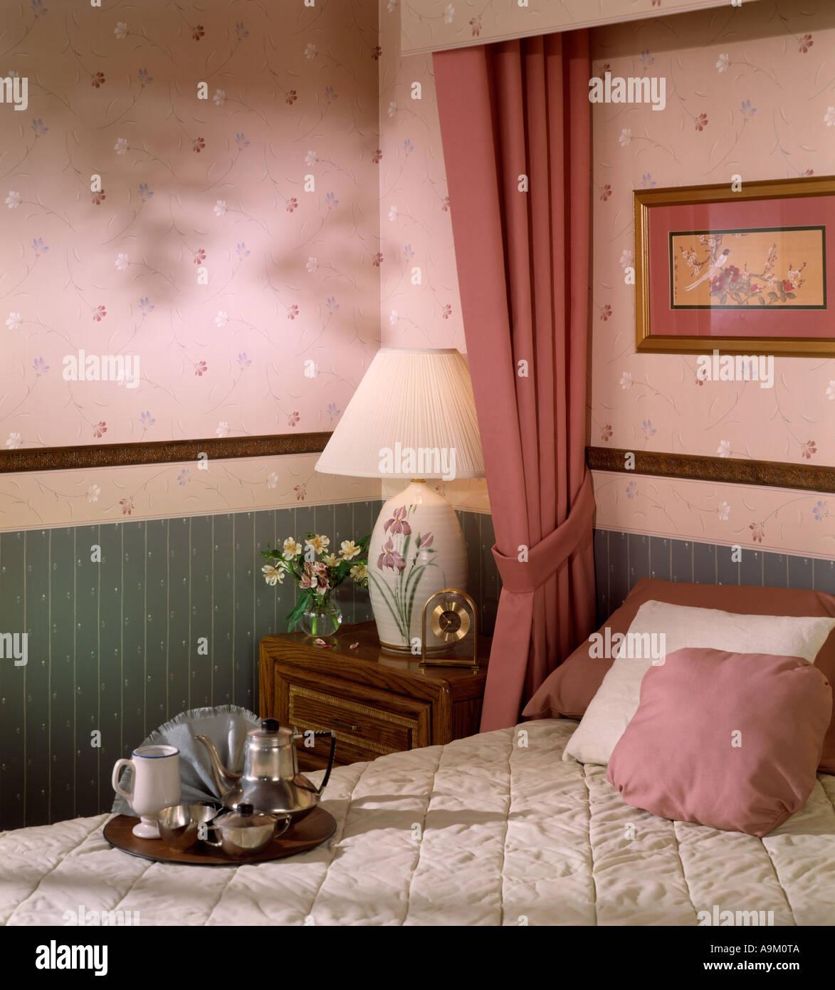Gut Bett Zimmer Schlafzimmer Set Innen Tapete Kissen Lampe Frühstück  Tablett Nachttisch Stockbild