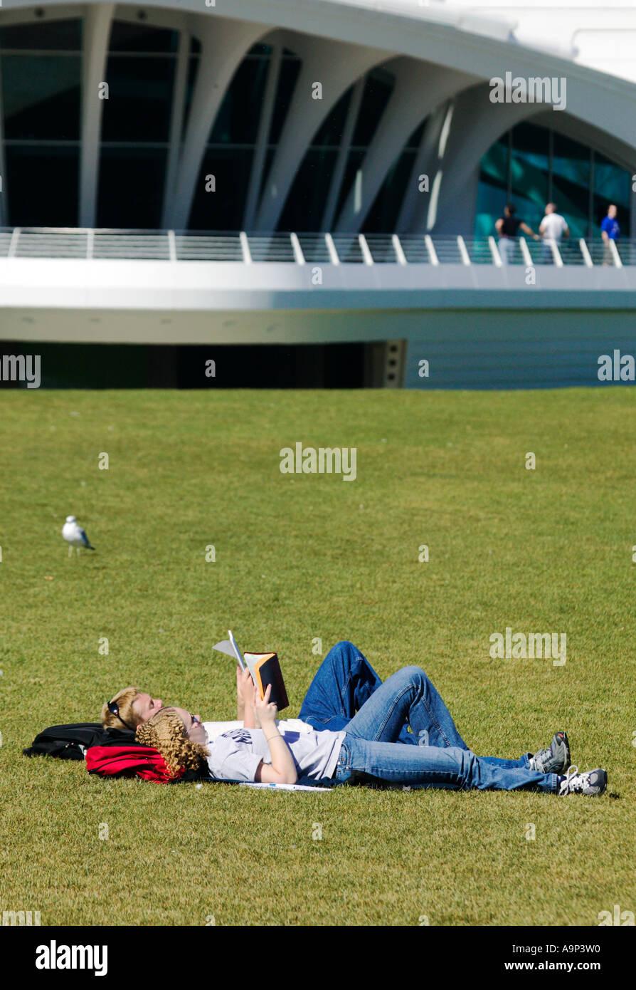 Junges Paar aus Gründen der Calatrava Flügel des Milwaukee Art Museum Milwaukee Wisconsin USA Stockbild