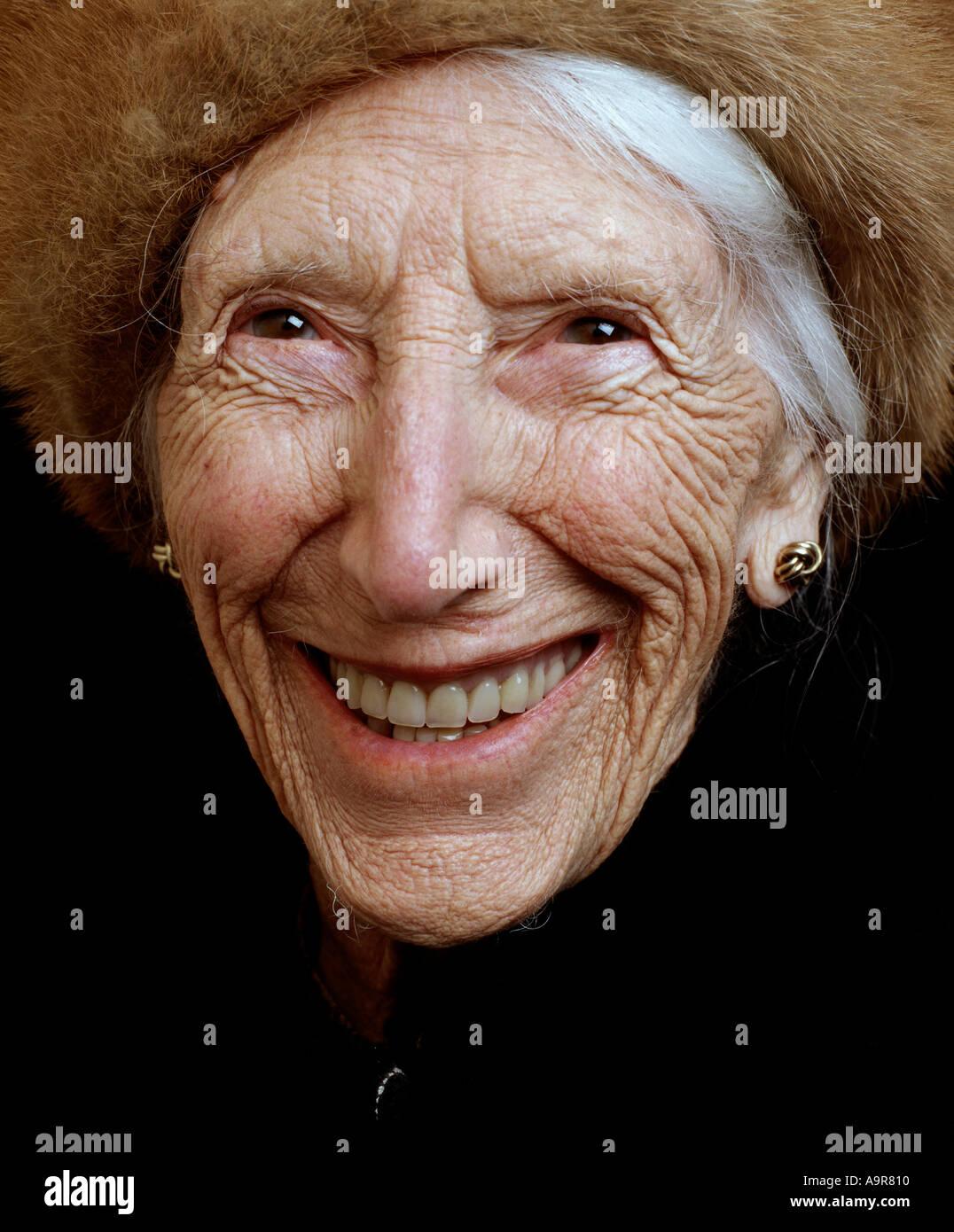 Porträt einer alten Dame tragen ihr Krieg Zeit gesund Gesundheit ...