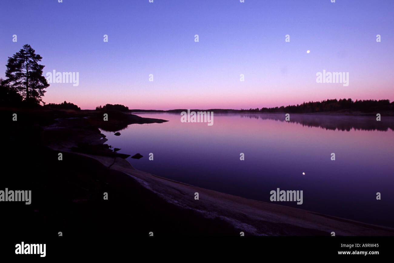 Morgendämmerung am Insel Østenrødøya in den See Vansjø, Råde Kommune, Østfold Fylke, Norwegen. Stockbild
