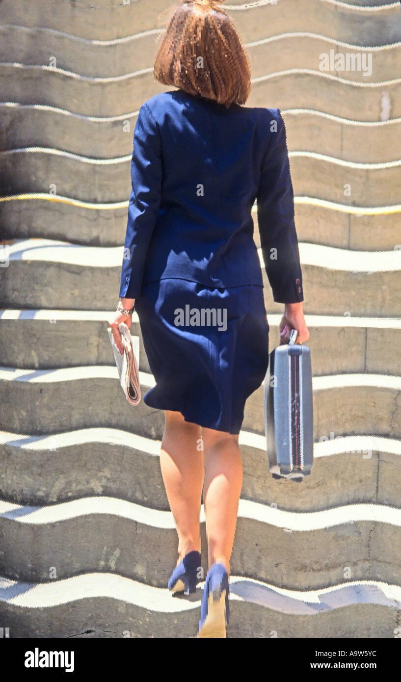 abstrakter Begriff Blick auf Business-Frau, Treppenstufen, Gebäude zu betreten Stockbild