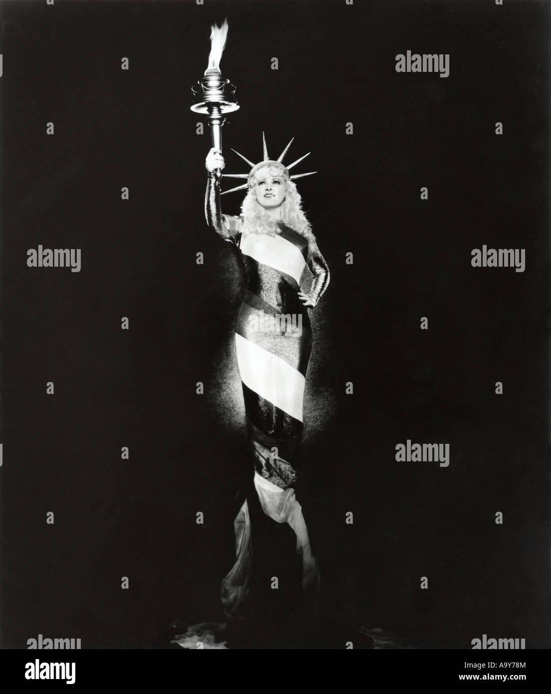 MAE WEST - USA Film Schauspielerin Psoing wie die Statue of Liberty Stockbild