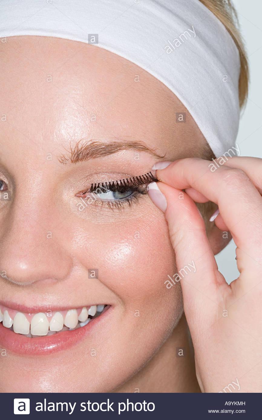 Frau Anwendung falsche Wimpern Stockbild