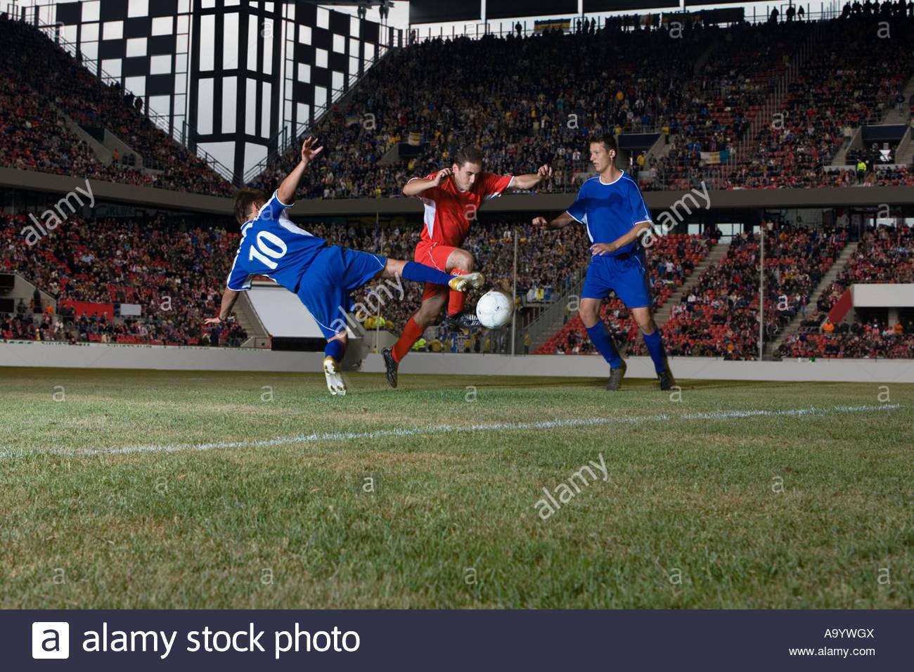 Gegenüber Spielern, die Bekämpfung der Fußballer Stockbild