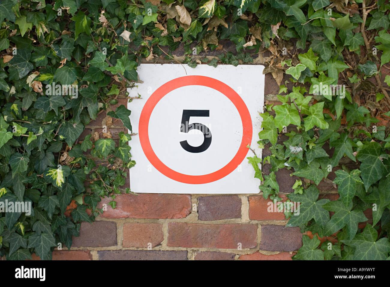 Geschwindigkeit-Zeichen an der Wand Stockfoto