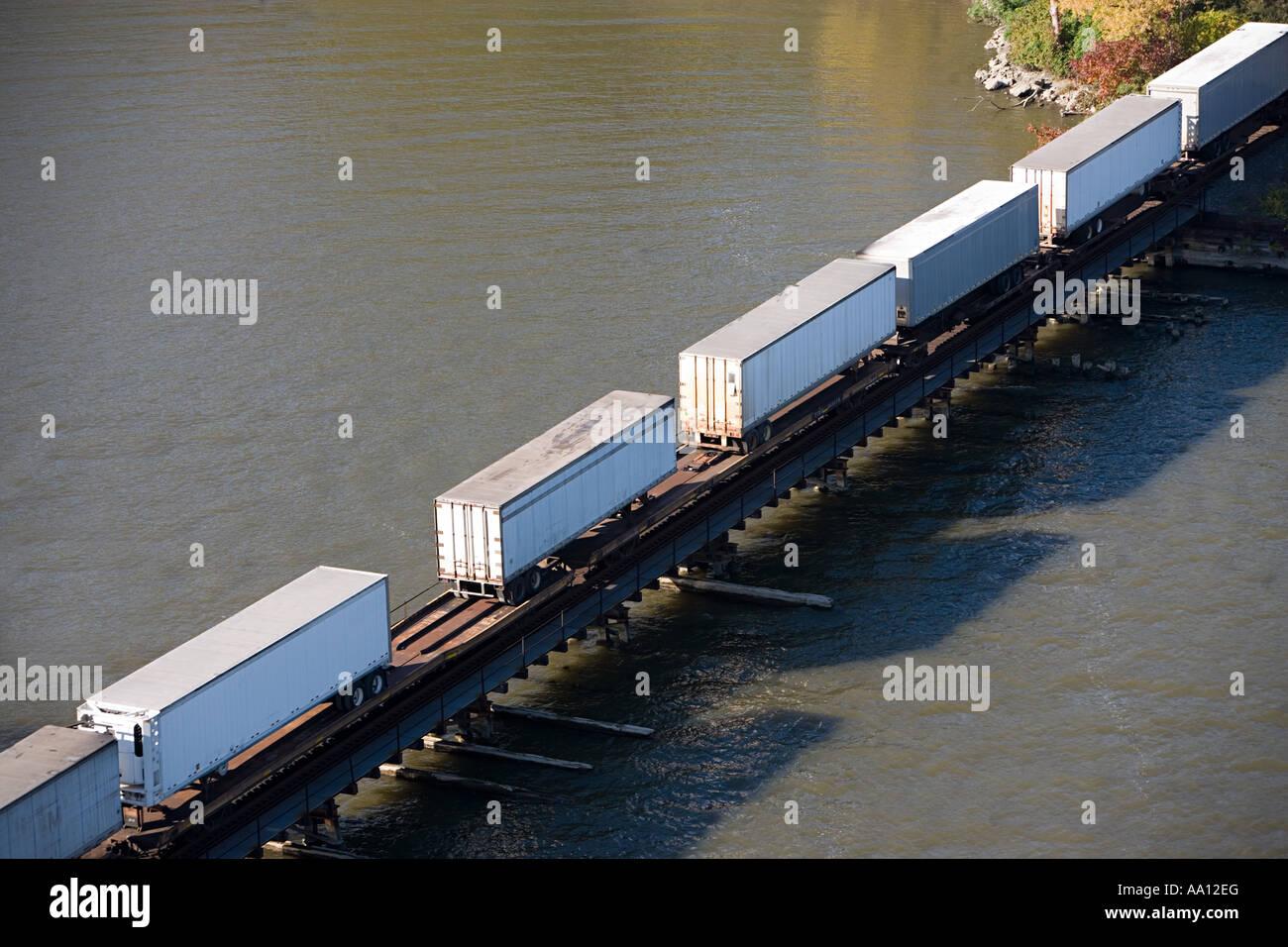 LKW-Anhänger auf einem Frachtcontainer Stockbild