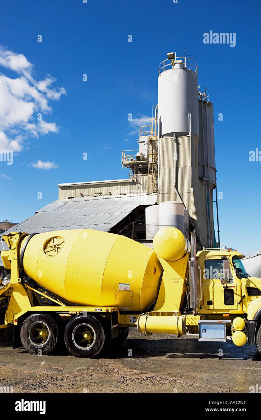 LKW vor einer Industrieanlage Stockbild