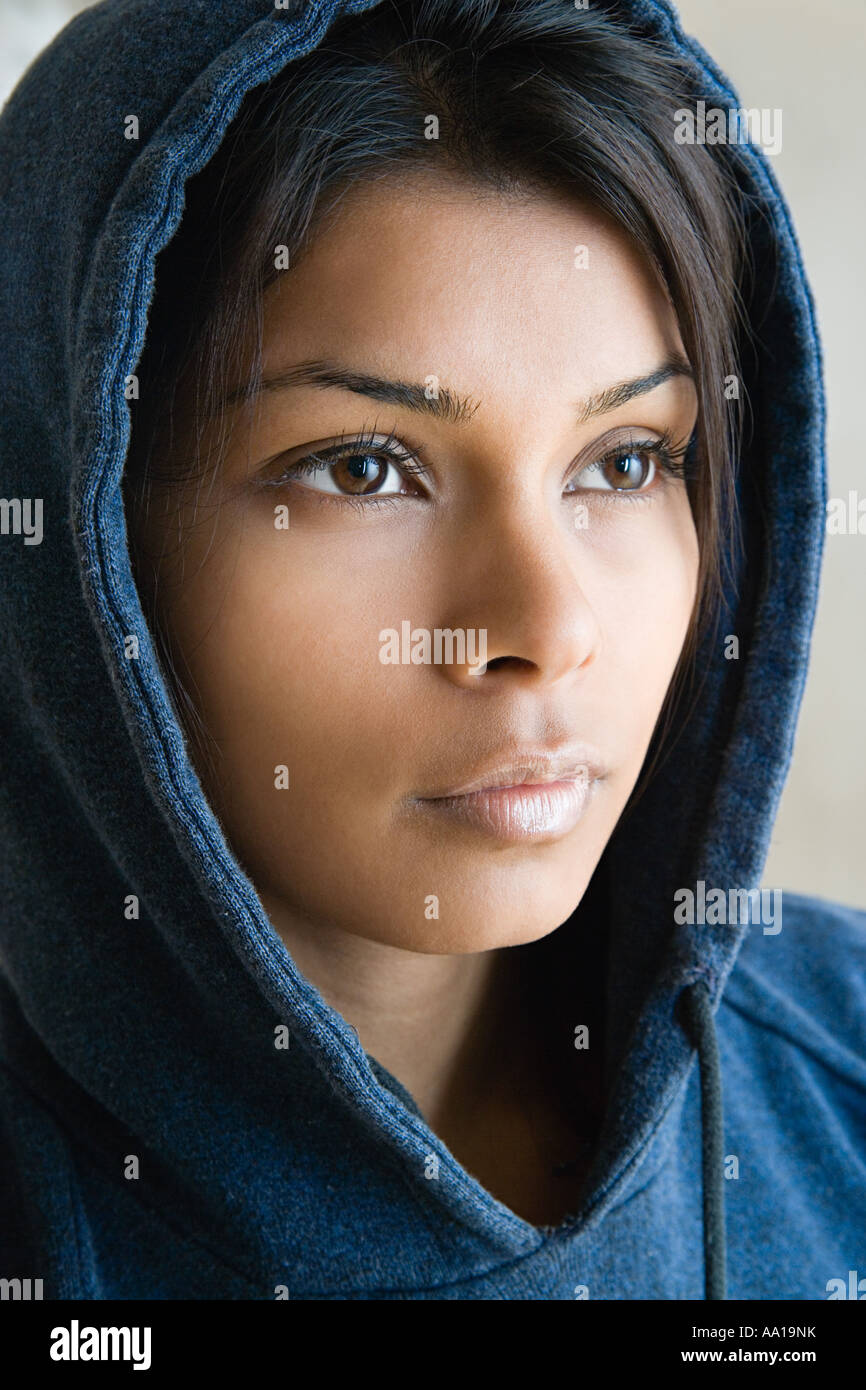 Junge Frau trägt ein Kapuzenshirt Stockbild
