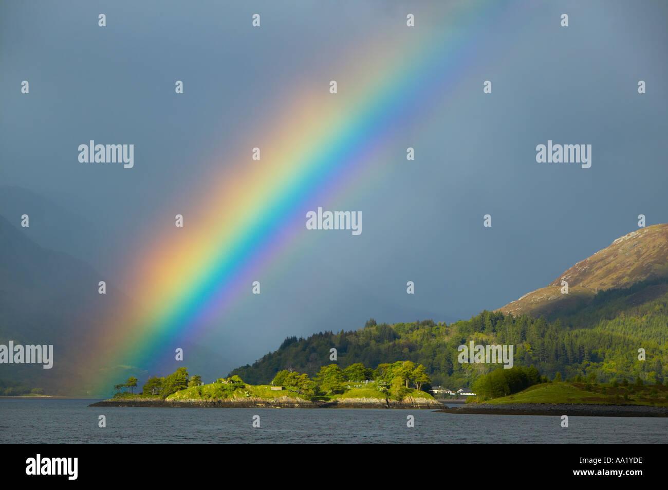 Loch Leven, in der Nähe von Glencoe, Lochaber, Highland, Schottland. Regenbogen Stockbild