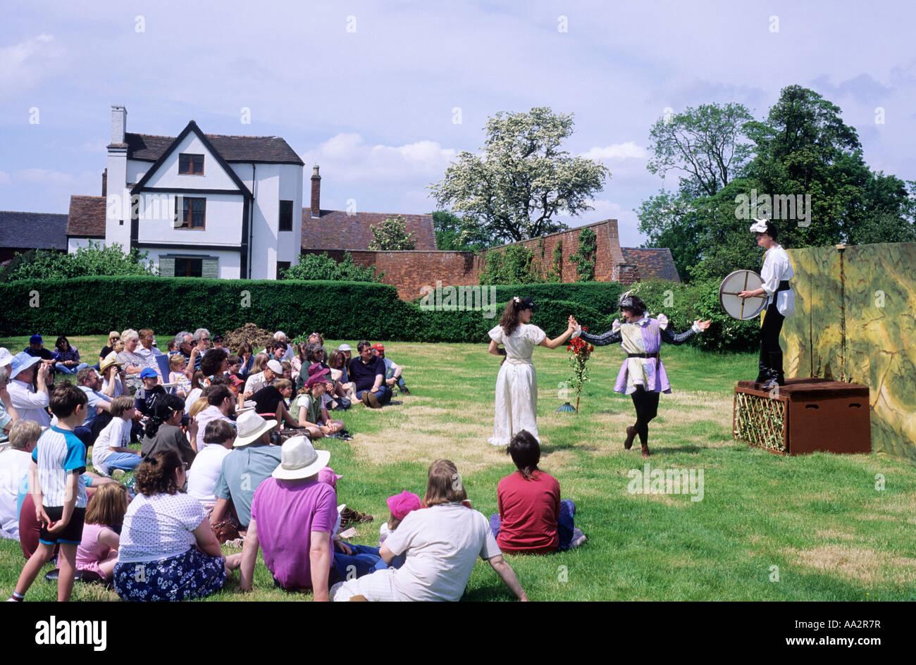 Öffnen Sie Air Theater Shakespeare Publikum sitzen auf Rasen Akteure Boscobel House, Shropshire, England, UK, Stockbild