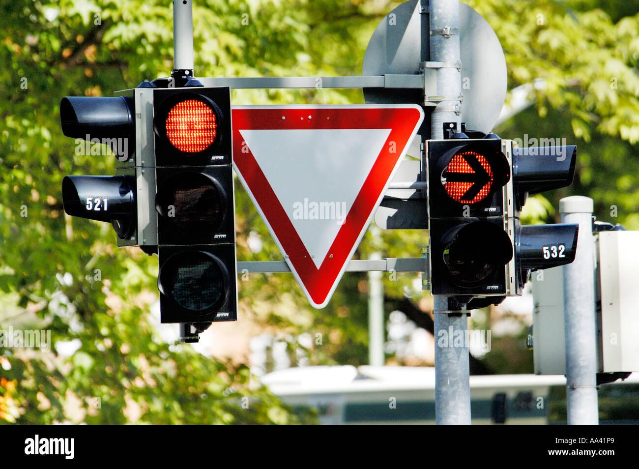 """Traffik leuchtet und """"nachzugeben"""" unterschreiben """", rechts des Weges ergeben"""" am Grenzübergang Stockbild"""