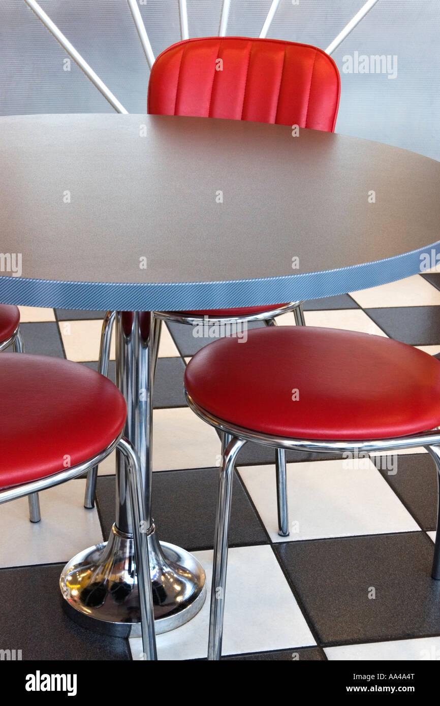 Rot Kunstleder Stühle An Einem Grauen Runden Tisch In Einem American Diner  Im Stock Ist Ein Schachbrett Von Schwarzen Und Weißen Fliesen