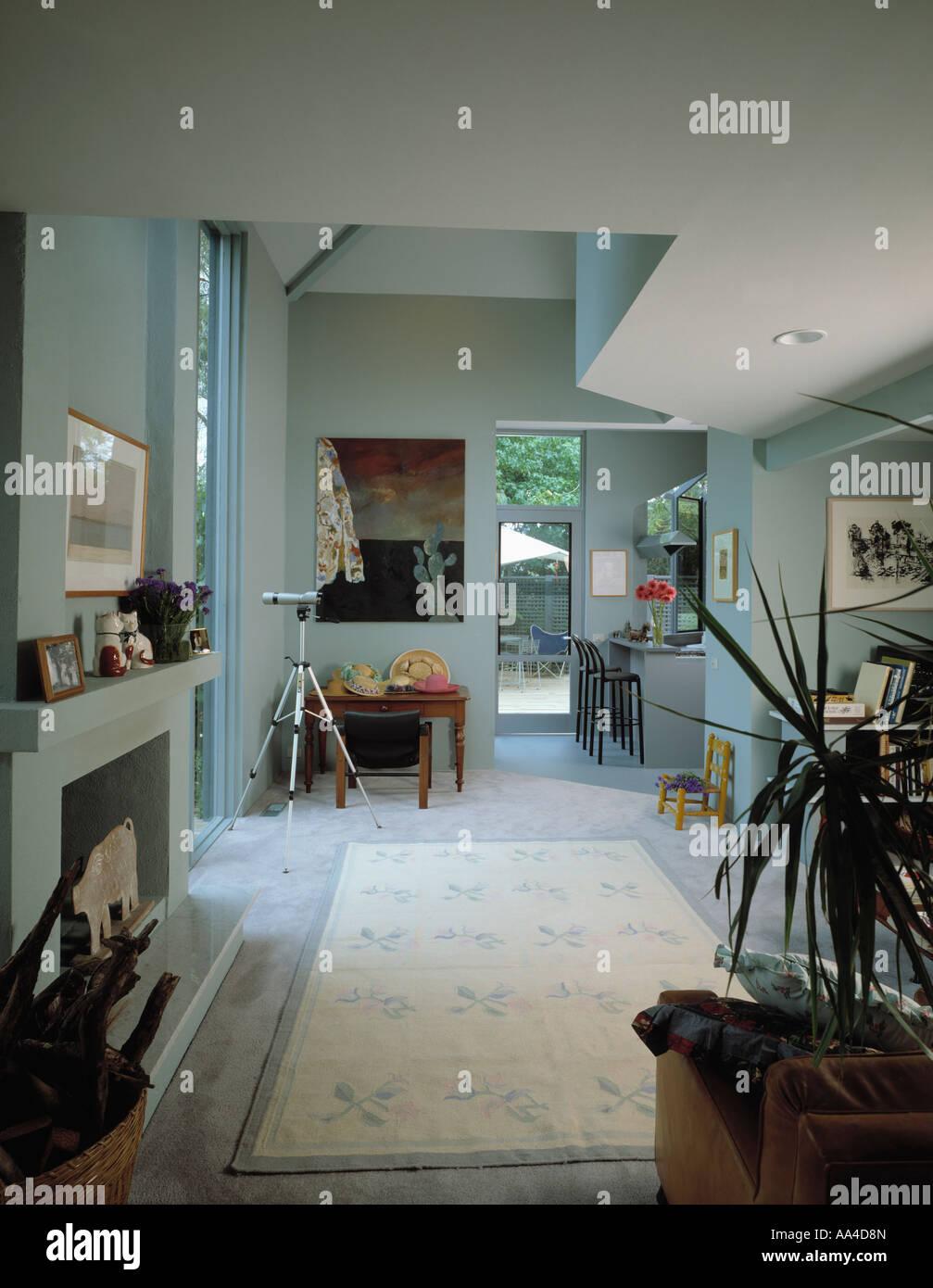 Moderne offene Wohnzimmer mit Küche im Hintergrund und gemusterten ...
