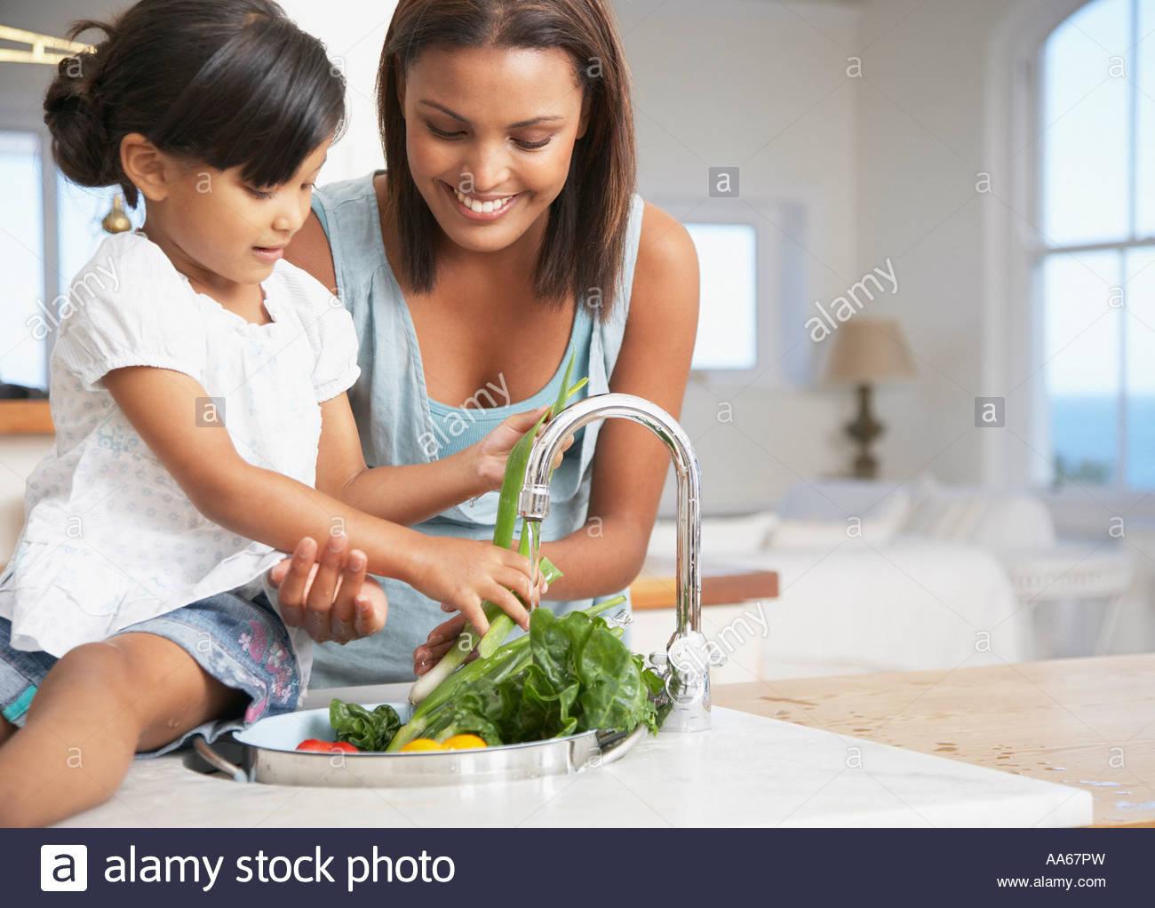 Mutter und Tochter, die Zubereitung einer Mahlzeit in der Küche Stockbild