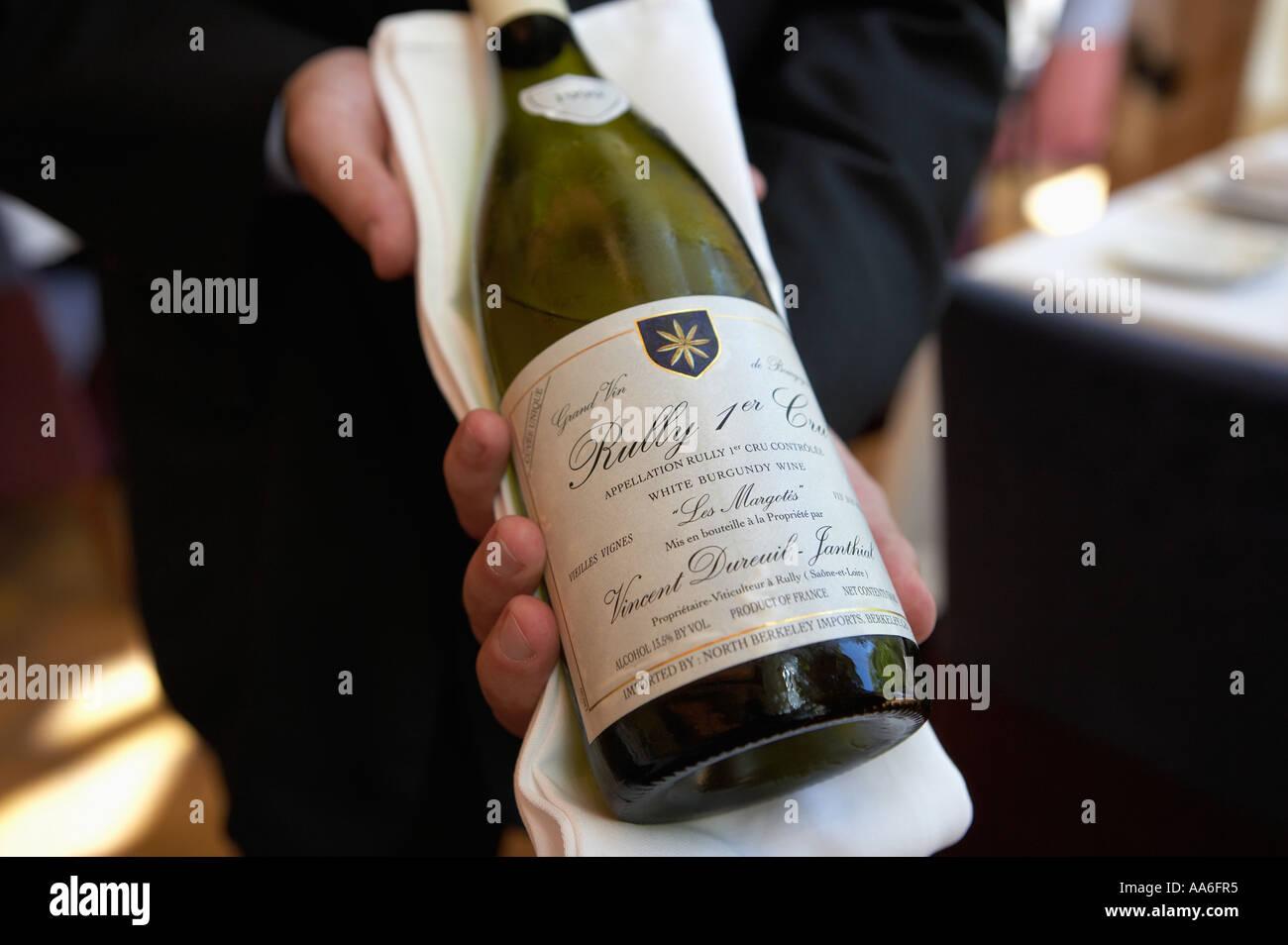 Wein Sommelier hält Wein in Aureole Restuarant Mandalay Bay Las Vegas, Nevada Stockbild