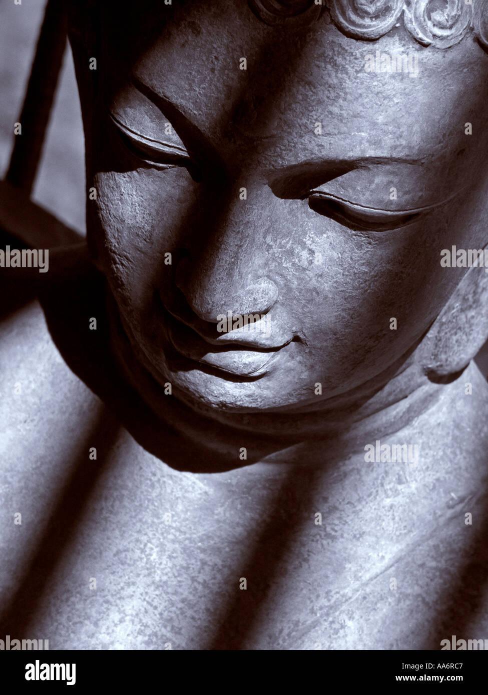 Stein Buddha-Statue mit schrägen Schatten Stockfoto