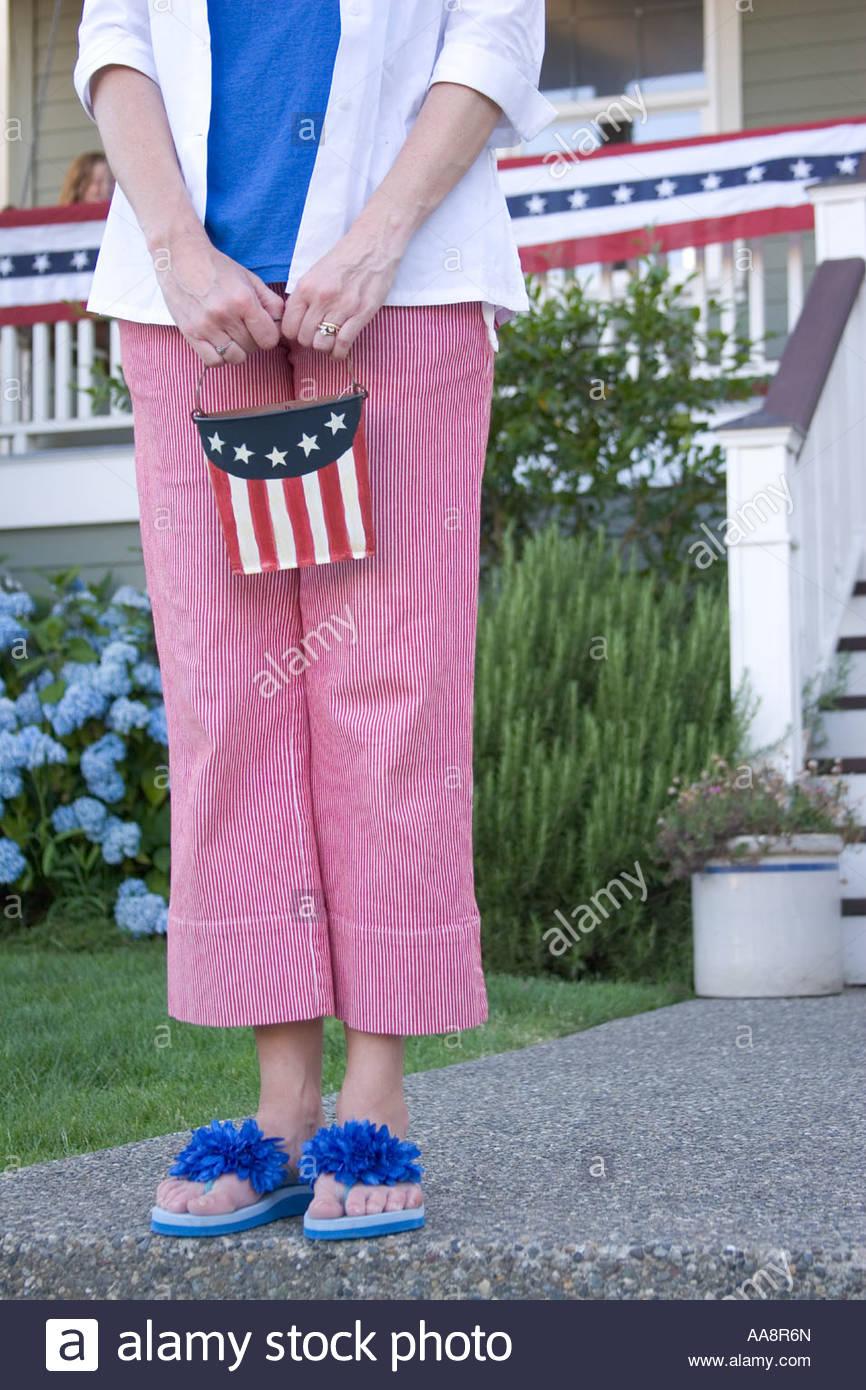 Frau mittleren Alters Holding patriotischen Eimer Stockbild