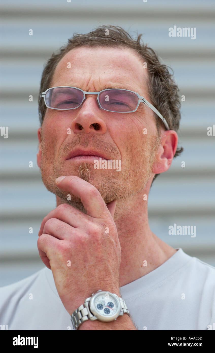Porträt von einem Fman in seinen 40ern nachdenklich sein Kinn berühren Stockbild