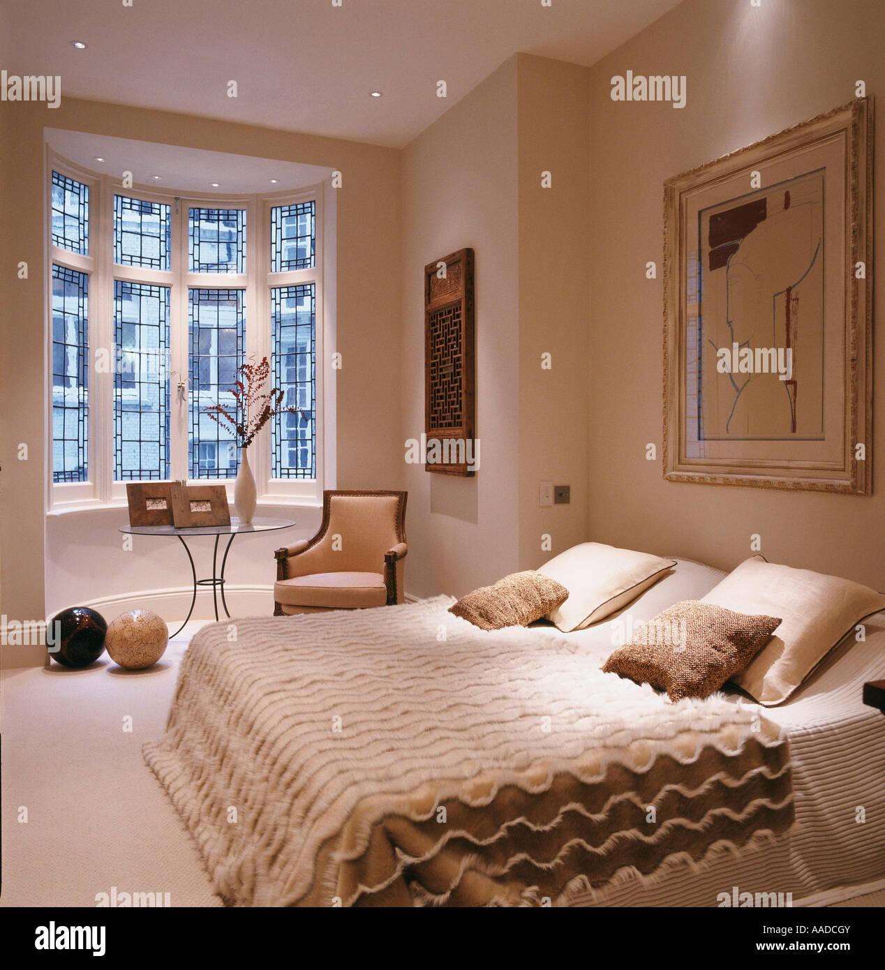 Doppelbett mit strukturierten Abdeckung in Creme Schlafzimmer mit ...