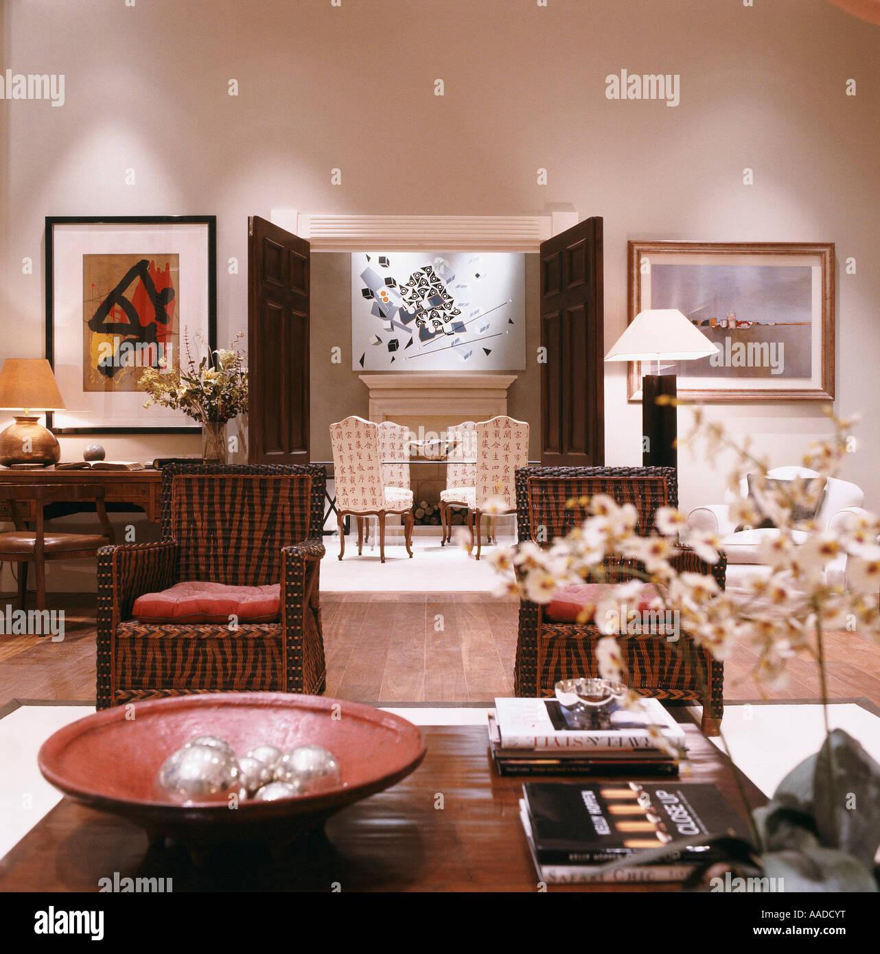 Passende Stühle und Tisch mit Ornamenten, Blick durch Doppeltüren Stockbild