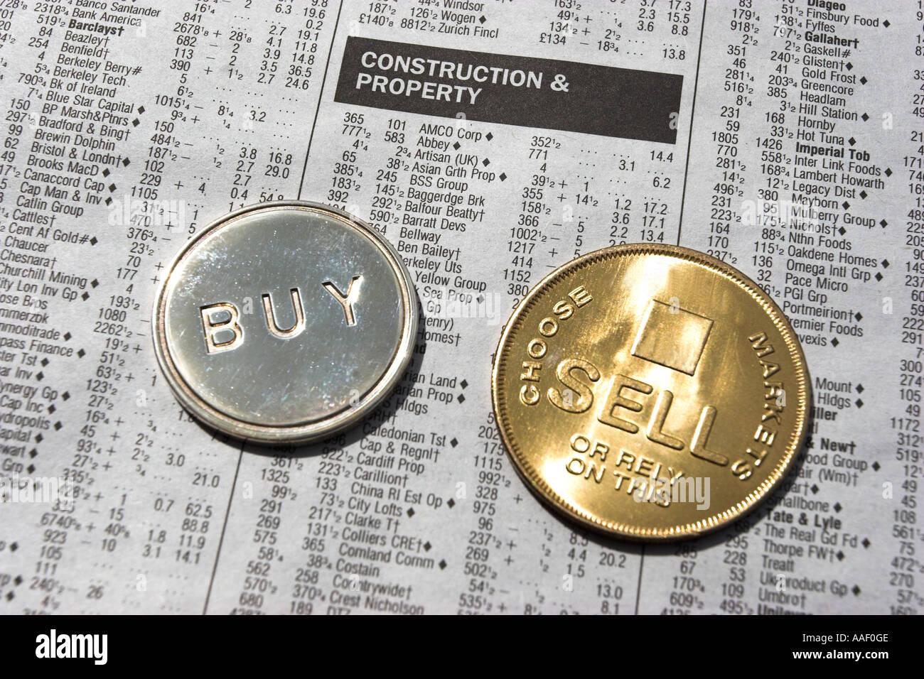 Auswahl von Aktien durch das Werfen einer Münze. Stockbild