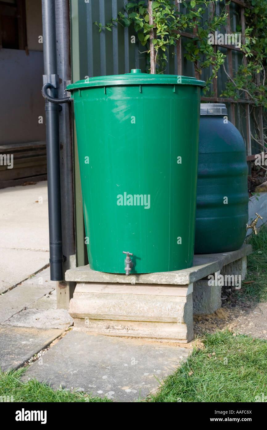 zwei verknüpfte grün kunststoff regentonnen sammeln von regenwasser