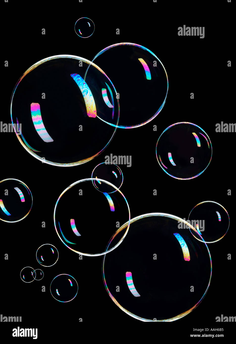 Schwebende Seifenblasen mit schwarzem Hintergrund im Studio Stockbild