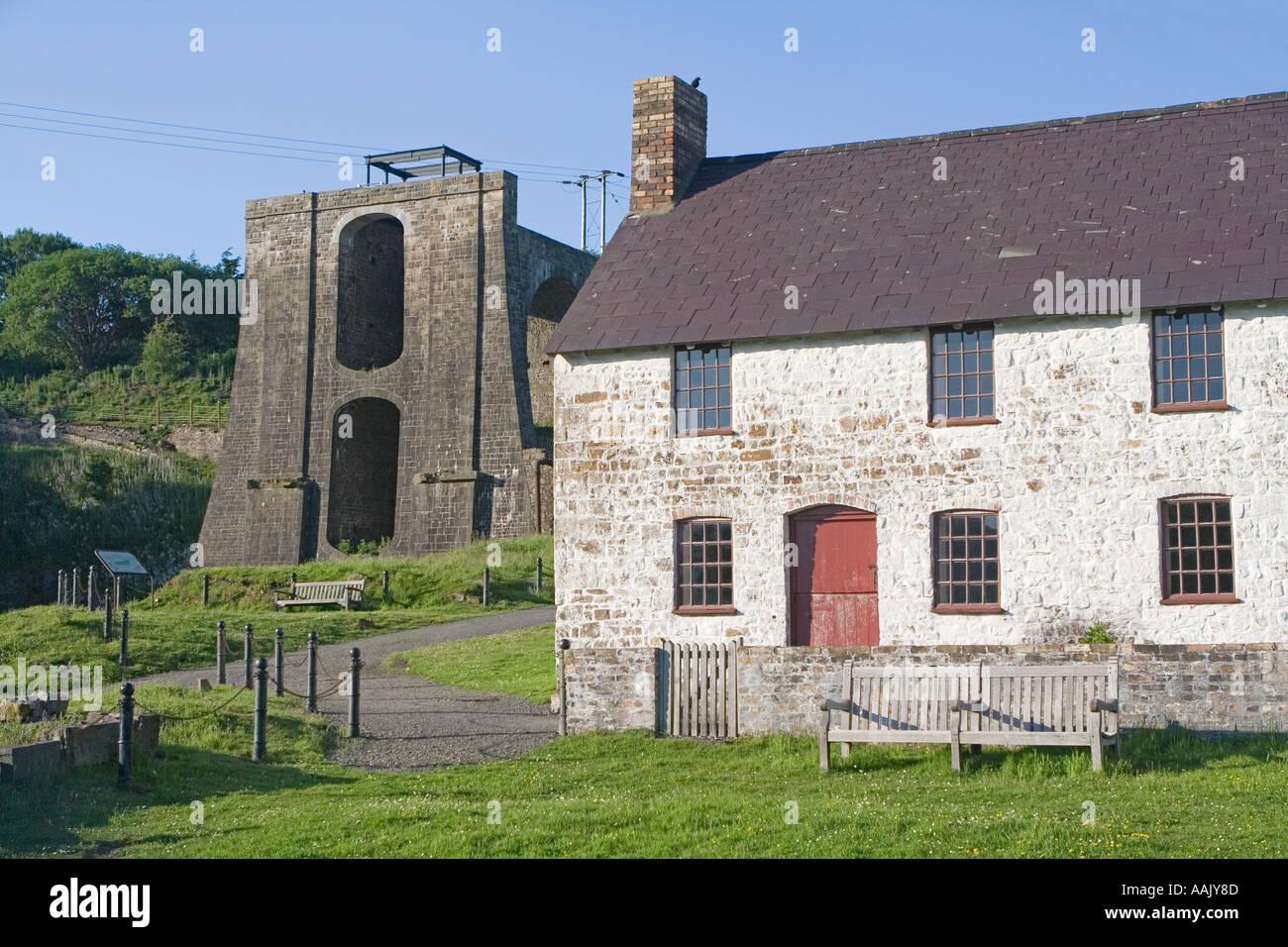 Terrassenförmig angelegten Reihe von Hütten und die Balance Tower archäologische bleibt Blaenavon Eisenhütte South Wales UK Stockbild