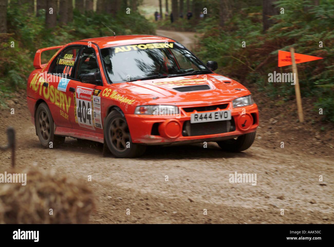 Mitsubishi Evo Evolution Rallye-Auto Rallye of Straße Geschwindigkeit schnell Schlamm Fahrer Sponsor Sponsoring männliche Interesse Dalby Forest in noch Stockbild