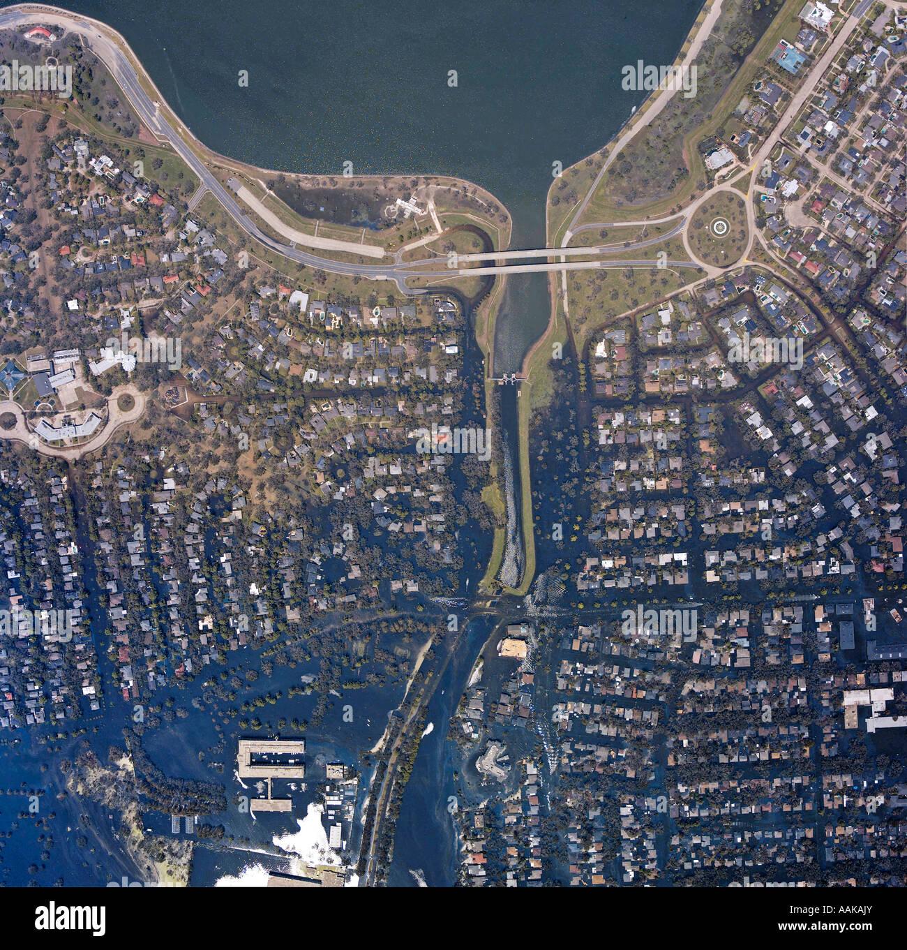 """Ein Satellitenfoto zeigt Häuser in der Nähe von Lake Pontchetrain Louisiana nach dem Hurrikan """"Katrina"""" Stockbild"""