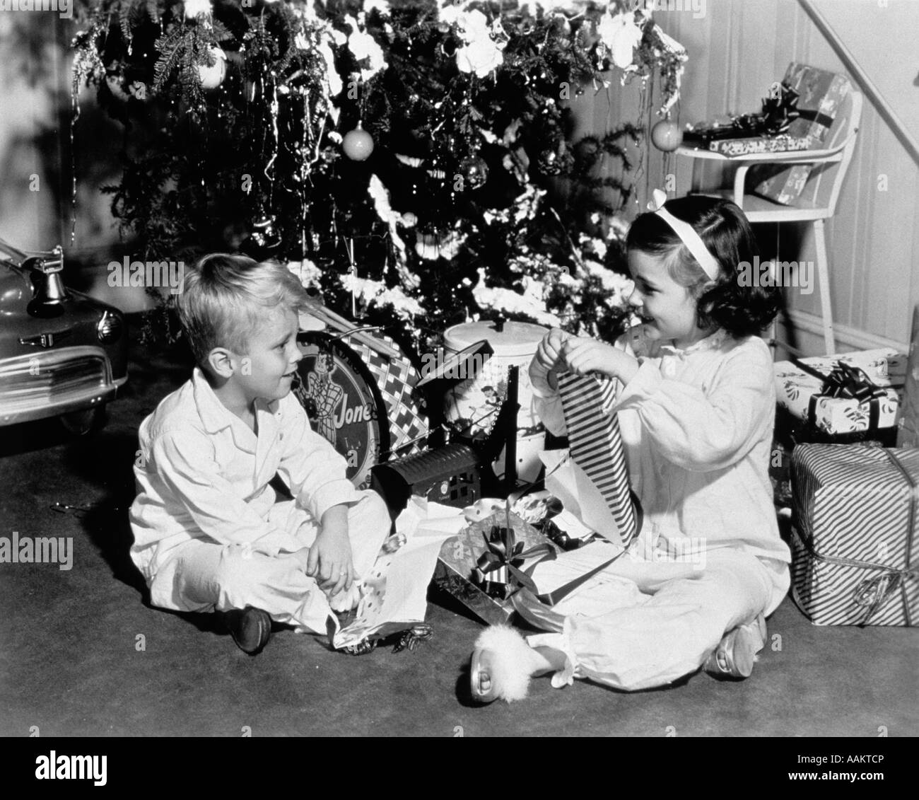 1950s christmas children stockfotos 1950s christmas children bilder alamy. Black Bedroom Furniture Sets. Home Design Ideas