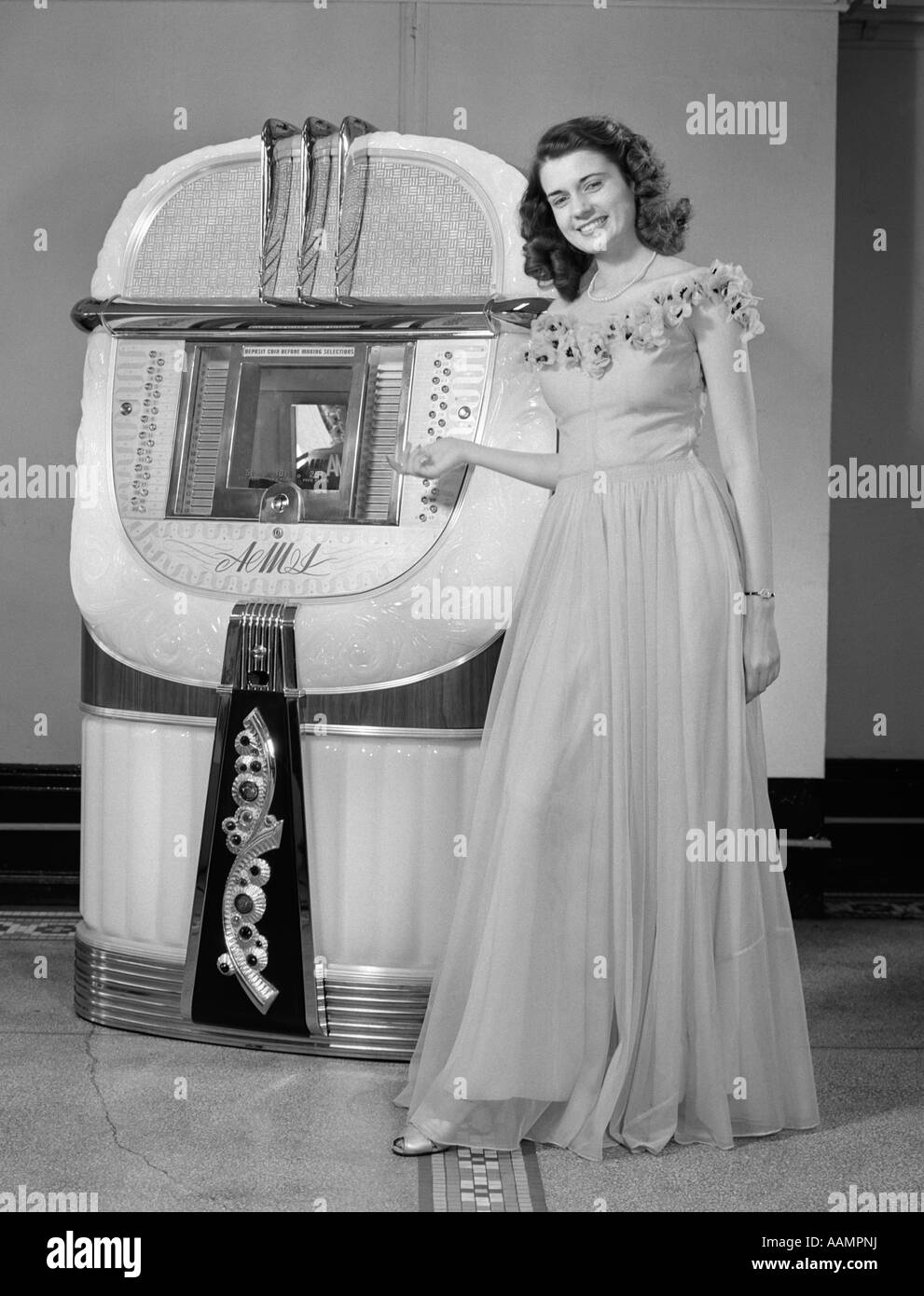 Woman In Ball Gown Stockfotos & Woman In Ball Gown Bilder - Alamy