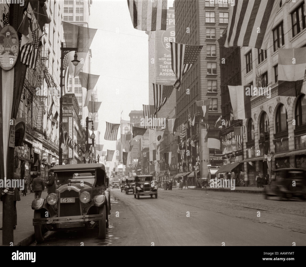 1926 DOWNTOWN CHICAGO STATE ST. MIT FLAGGEN Stockbild