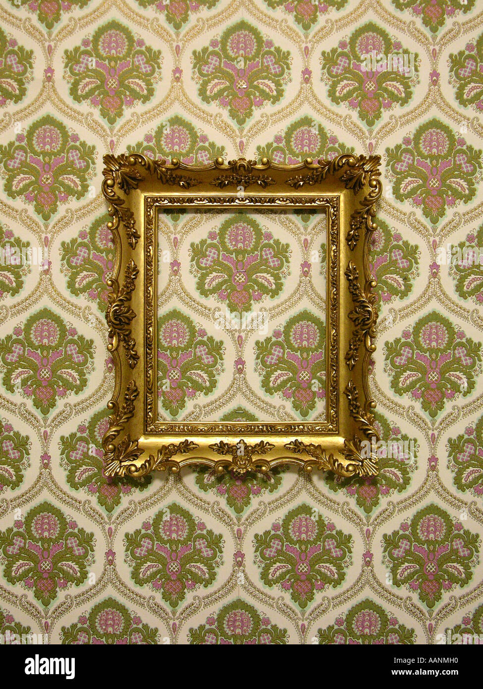 Goldenen Kunststoff Rahmen auf eine altmodische Tapete Stockfoto ...