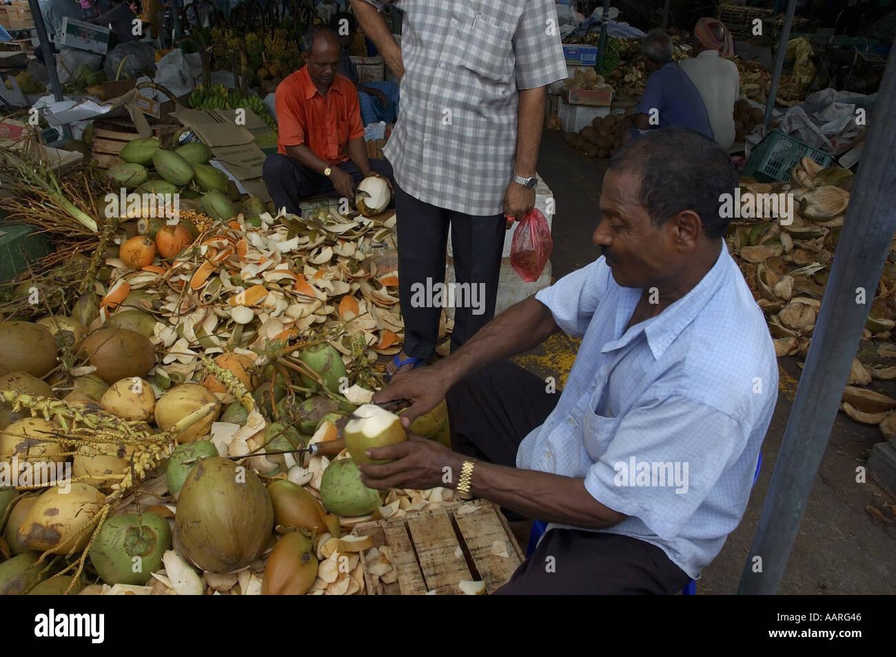 malediven male stadt obst markt mann eine kokosnuss zum trinken zu verkaufen stockfoto bild. Black Bedroom Furniture Sets. Home Design Ideas