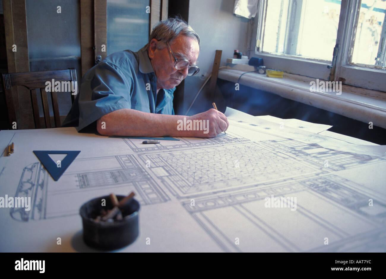 ALexander Kerdinsky arbeiten auf Skizzen zum Einbau in das Bernsteinzimmer Stockbild