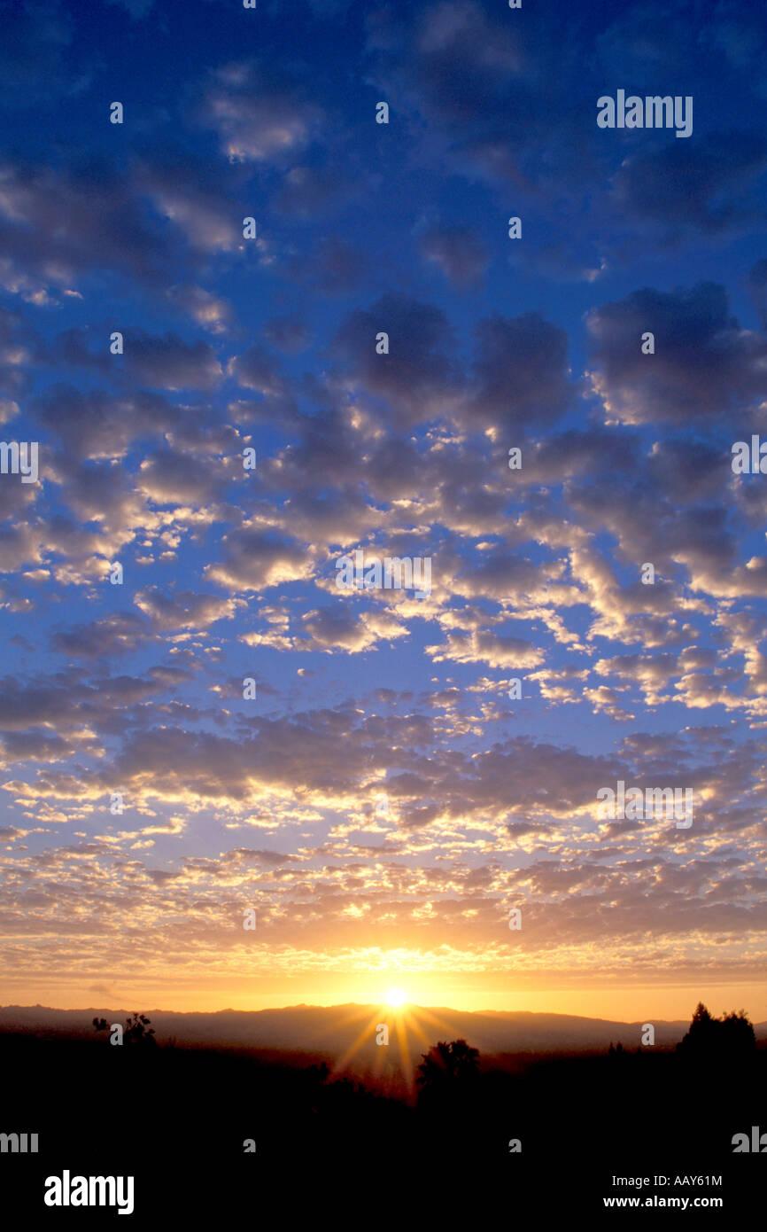 Im Himmel Sonnenuntergang mit Starburst im Himmel Himmel Sonnenuntergang Wolken vertikal Stockbild