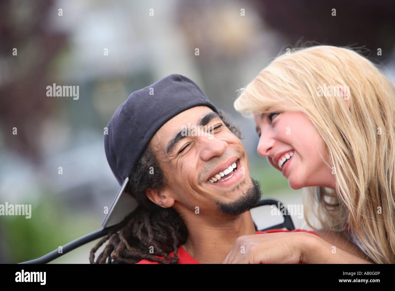 Junges Paar lächelnd zusammen Stockbild
