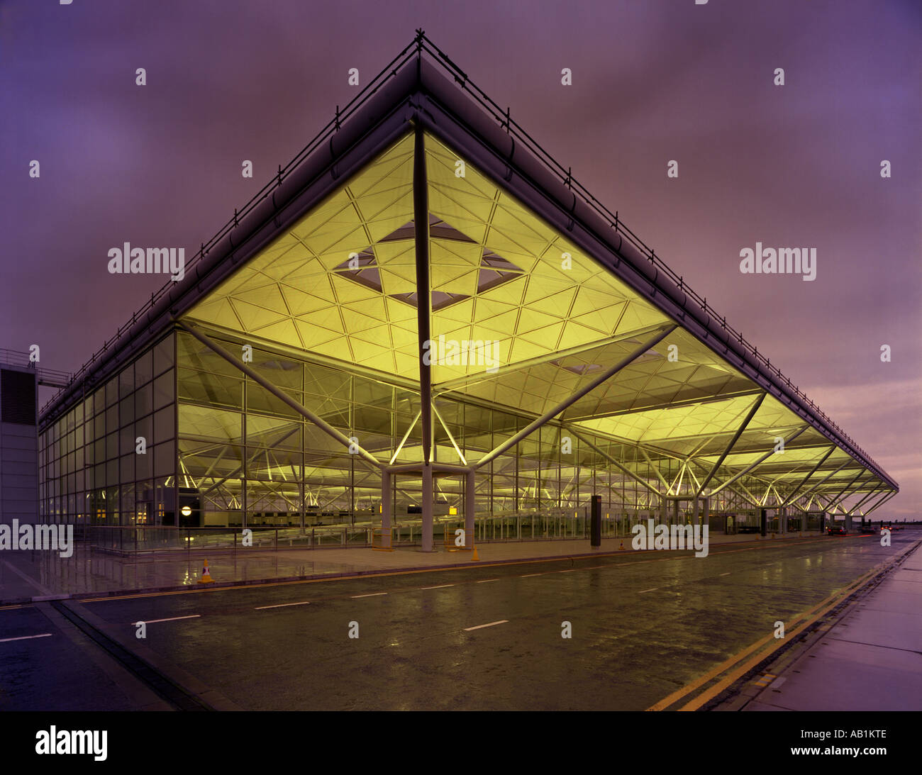 Stansted Airport Terminal Night Stockfotos & Stansted ...