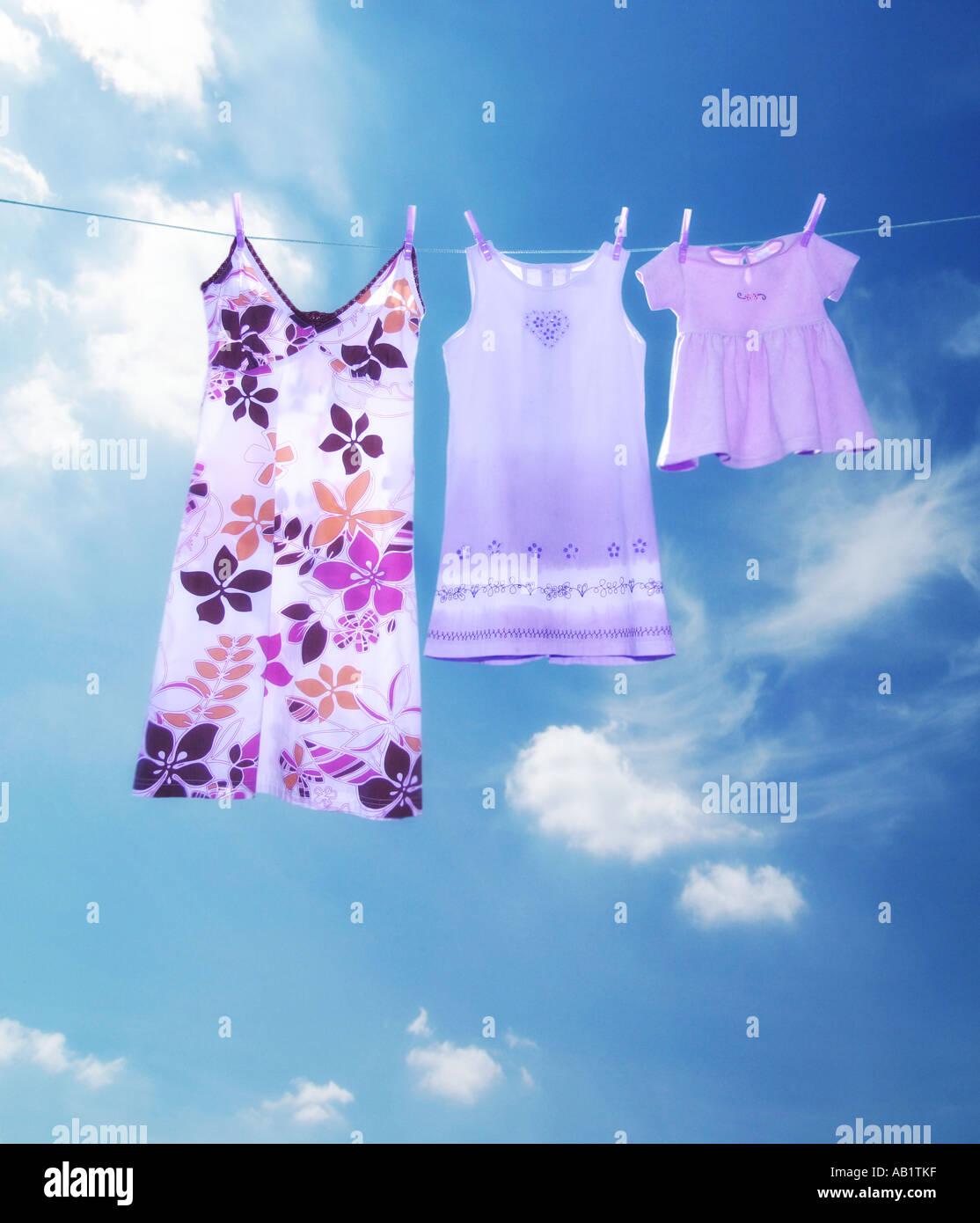 drei Kleider auf einer Wäscheleine Stockbild