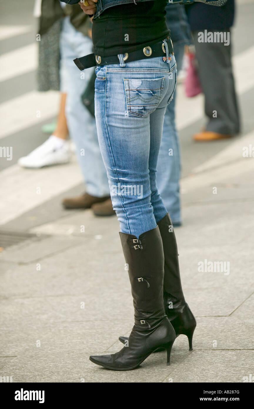 Modisch Gekleidete Frau In Schwarzen Stiefel Mit High Heels Und Enge