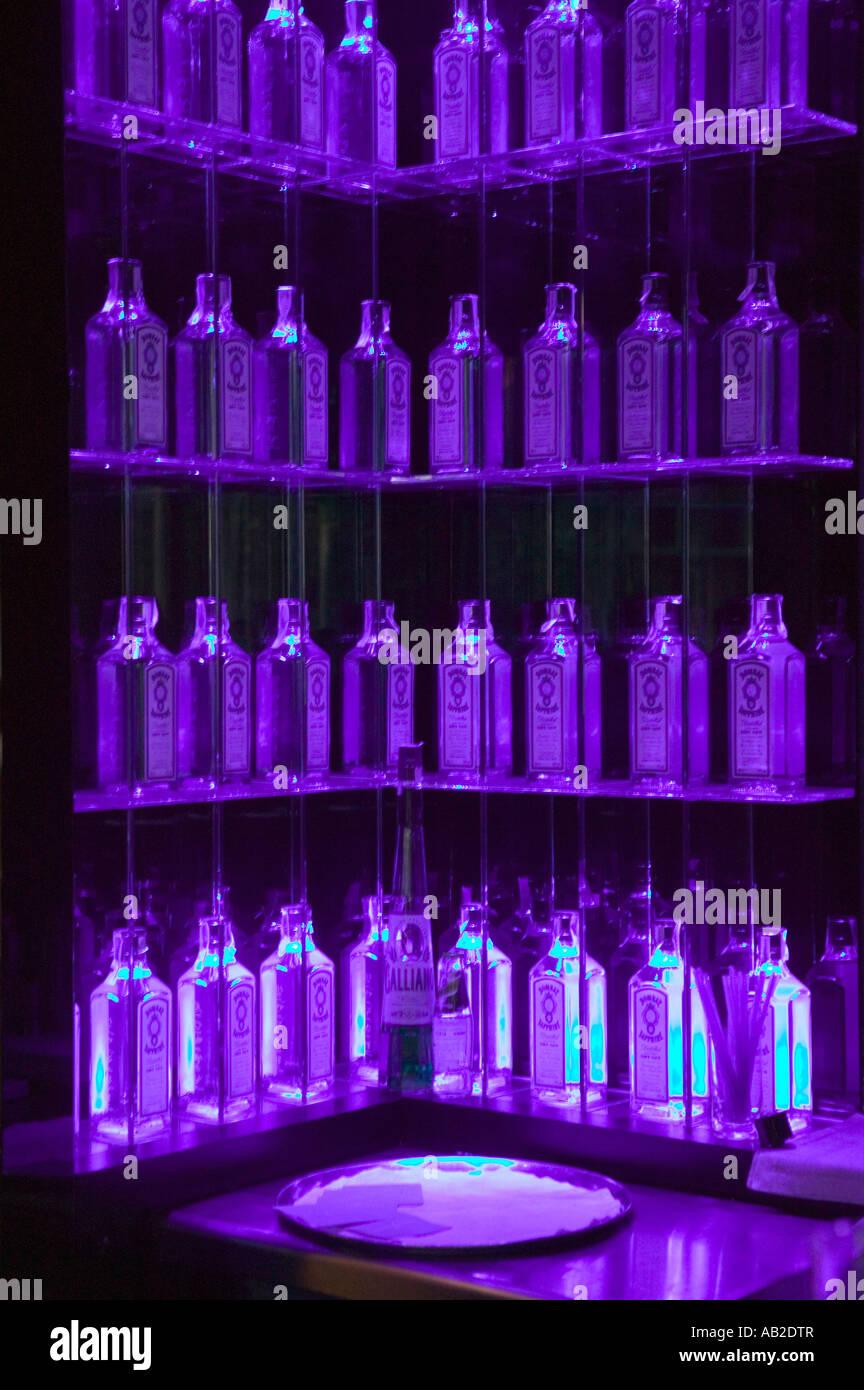 Mehrere Gin Flaschen In Lila Licht Dekorieren Regale In Der Bar In