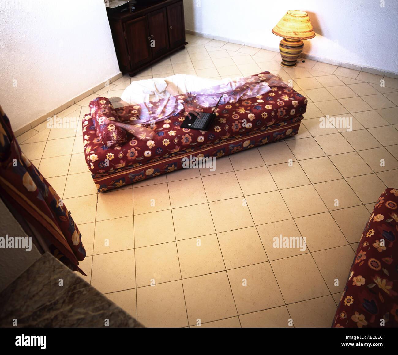 Transparente Mann Mit Laptop Computer Auf Sofa Mitten Im Raum