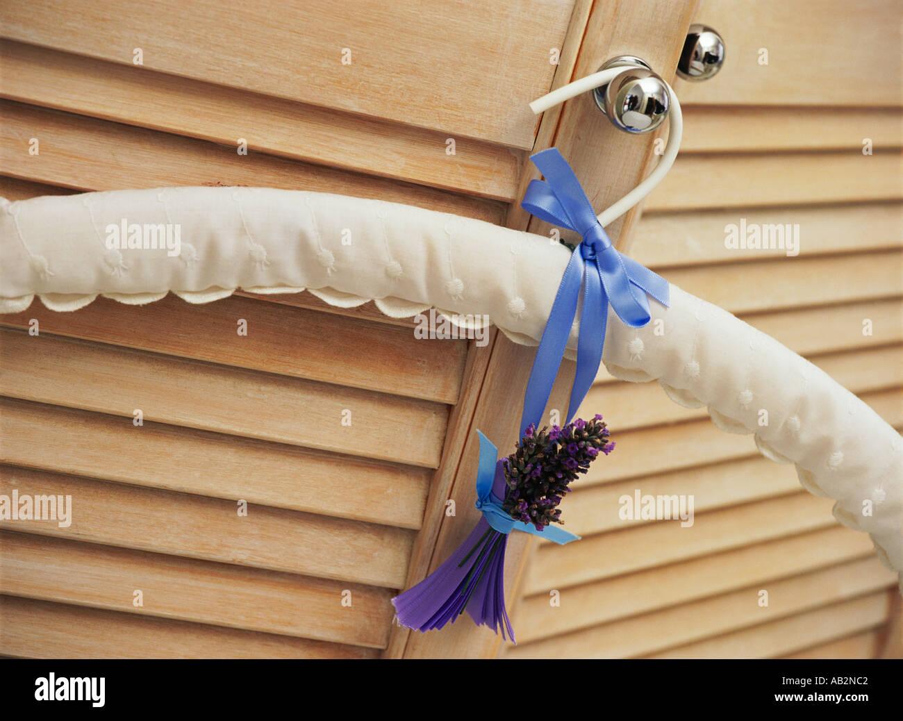 Ein Kleiderbügel hängen an einer Schranktür Stockbild