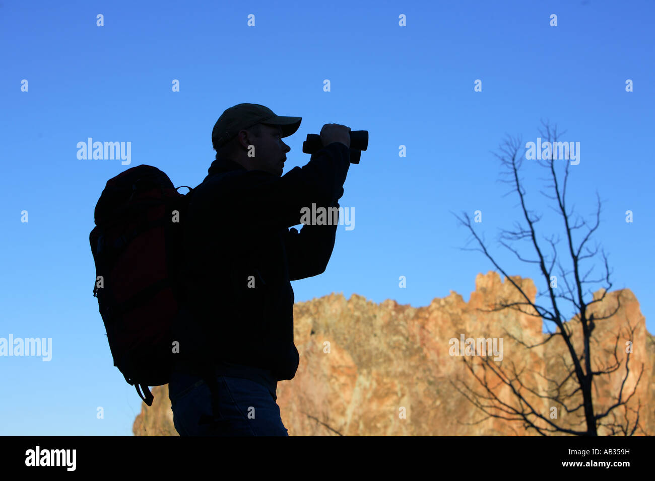 Silhouette der wanderer durch ein fernglas schauen stockfoto bild
